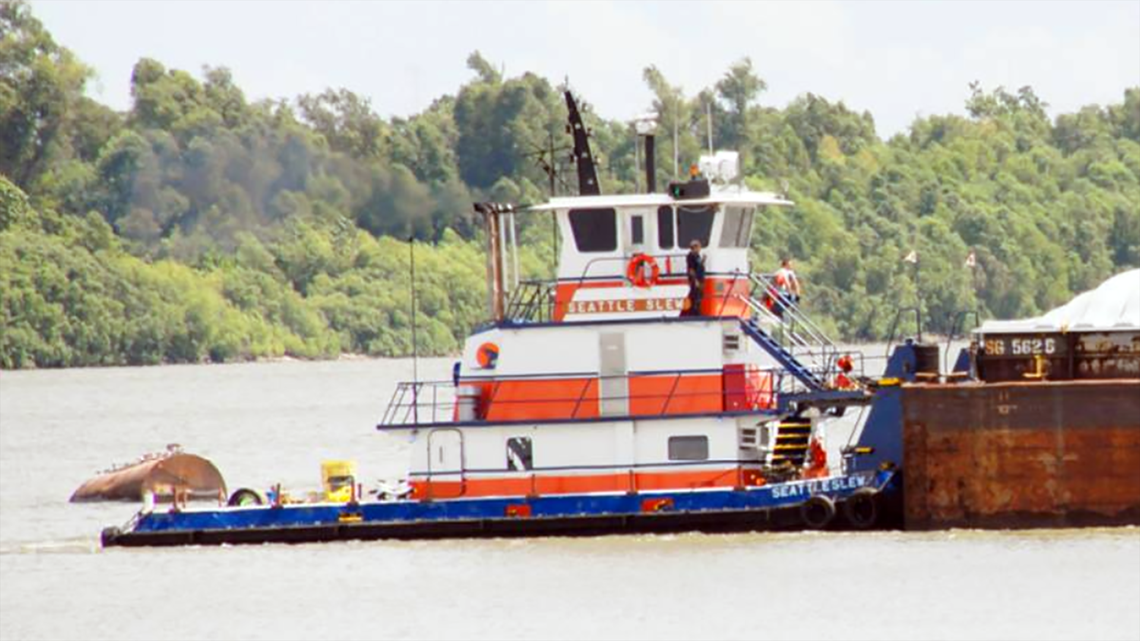 Captain missing after tugboat capsizes on Mississippi River